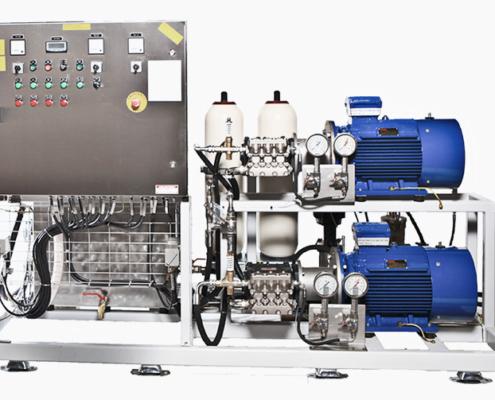 Højtryksanlæg offshore med 2 blå pumper