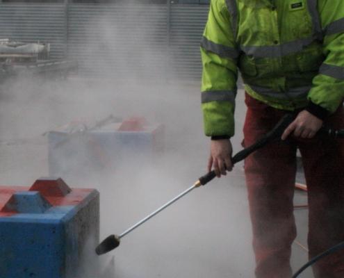 Heine foretager grafittiafrensning med en højtryksrenser på en video vises i produkter
